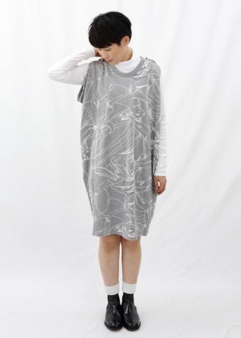 こちらのプリントワンピースは、インナーにシャツやロングTシャツなどを合わせ、季節に関わらず着られる優れもの。ラビット柄がかわいい!