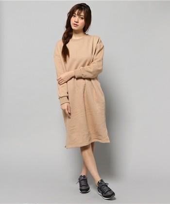 ヴィンテージな素材感と色合いがかわいいこちらのスウェットワンピは、一枚で着て欲しいデザインワンピ。一見シンプルですが、ドロップショルダーや袖のリブ、裾の広がりなどが絶妙なこだわりのデザインです。