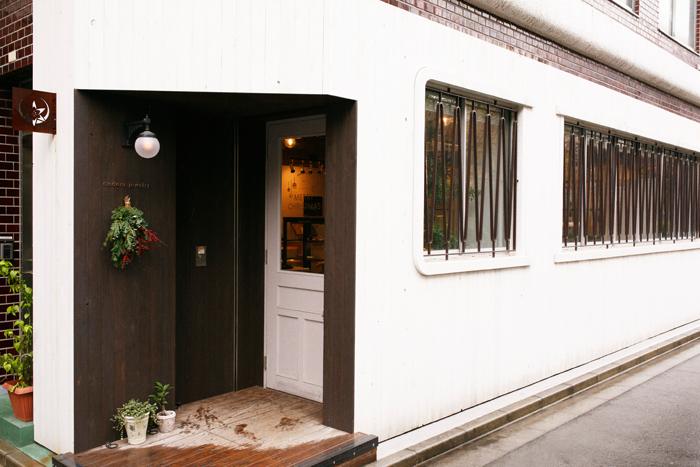 メデルジュエリーの浅草本店があるのは、浅草駅から徒歩15分ほどの静かなエリア。取材時はクリスマスシーズンで入り口にスワッグが飾られていました。