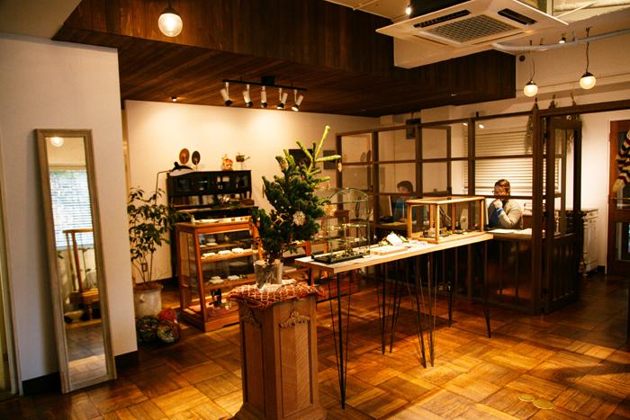 浅草本店の様子。アンティークの什器が並ぶ、落ち着いた雰囲気のお店です