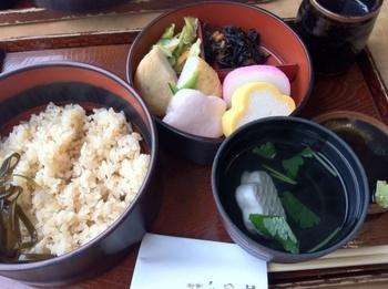 """鎌倉にあってリーズナブルプライスのランチセット「いの上セット」が人気。 梅花はんぺん""""は井上蒲鉾店の名物。フワフワしながらも適度な弾力があって実に美味しいはんぺんです。"""