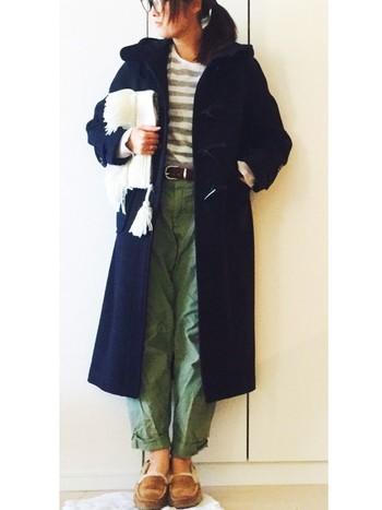 超ロング丈のダッフルコートはレディに着るものと思っていませんか?こんなふうにニット&ゆるパンツに合わせてもかっこよく決まります。大人っぽさはクラッチバッグでプラス。