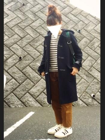 カジュアルなファッションが好きなら断然ネイビーですね。リュックやキャメルのパンツとの相性も抜群。いっぱい歩く日のお出かけコーデにもダッフルコートは活躍してくれます!