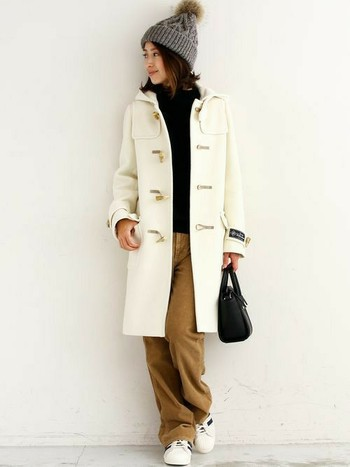 ロングのコートはゆるパンツとよく合います。ゆるパンツと合わせることが多いという人は、コートをスリムタイプにすると細く見えます。インナーや小物で遊んで、いろんなコーデを考えたいですね。