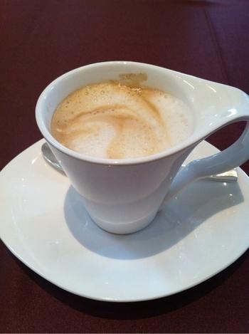 カプチーノもあります。飲み物によってカップやグラスが違います。