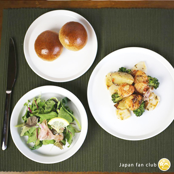 無地の白いお皿は、どんな料理にも合い、料理が映え美味しそうに見える代表カラーと言われています。彩りが際立ってキレイに見えます。