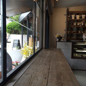 「OXYMORON onari」は、小町通の人気店「OXYMORON」の2号店。鎌倉駅西口、紀伊国屋隣です。 本店に比べてこじんまりした店内ですが、窓際のカウンターや大きなテーブルもあり、一人でゆったり過ごせる設えです。