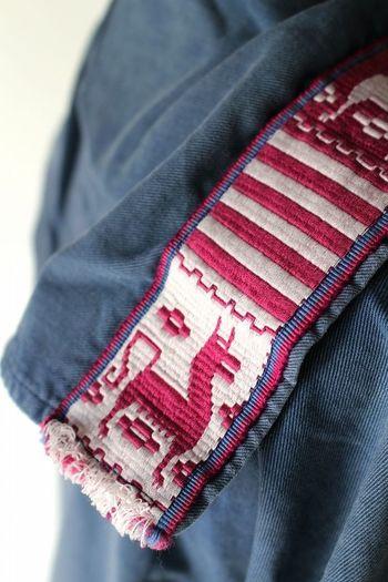 セーラーカラー部分には、民族テイストの刺繍テープが縫いつけられて全体のアクセントになっています。