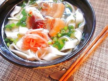 角煮があれば手軽にソーキそばも作れちゃいます。お家で楽しめる沖縄料理ですね。あっさりとしたお出汁が嬉しいレシピです。