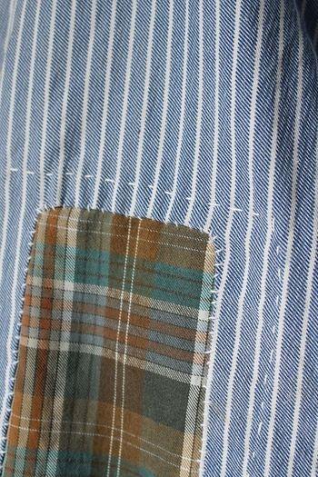 「佐々木印」ビンテージリメイクラインでは、何か所も当て布し、刺し子などを施すことが多いのですが、こちらの商品はシンプルに一か所のみの当て布になっています。