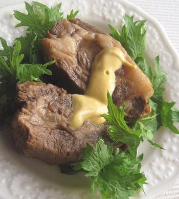 豚ロースとほうじ茶を使ったレシピ。ほうじ茶に含まれるカテキンが脂肪分解と消臭効果を発揮してくれるうえ、味付けもあっさりして食べやすいです。