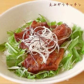 豚の角煮をグリルすることで香ばしさがアップします。香ばしさもプラスされた角煮をしゃきしゃきの水菜と一緒に丼にしちゃいましょう。しっかり食べたい時におすすめのレシピ。
