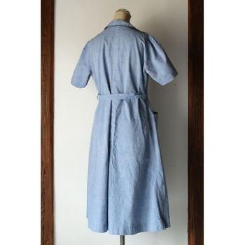 『1950年代頃のシャンブレーワークドレス』  フランスでおそらく半世紀以上前に作られた夏用のワークドレスです。素材は薄手のシャンブレーコットンで、爽やかな色と質感が魅力的。