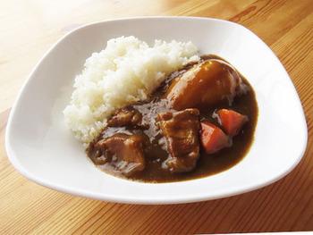 角煮を作った時の茹で汁も使うカレーのレシピ。旨味たっぷりの茹で汁まであますことなく使えるのは嬉しい。いつものカレーよりぐっと味が引き締まりそうですね。