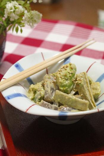 胡麻マヨソースとアボカドのこっくりとした旨みがいただけるレシピ♪ゴボウと一緒にいただいて、お箸がとまらない一品です。