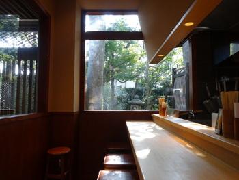 小町通りの商業施設「こもれび禄岸」の1階に店舗があります。カウンターのみの店内は、明るく清潔。