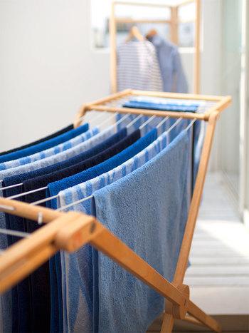 沢山の「青空のタオル」が並んで干されている様子は、眺めているだけでも気持ちが良いですね。何気ない日常のひとこまに、清々しい風が吹き抜けていくようです。