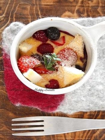たっぷりのベリーがのった華やかで可愛らしい見た目のパングラタン。ベリーが沈まないように、パンはぎゅっぎゅっと下に敷き詰めましょう。天板にお湯を敷いてオーブンにかける「湯銭焼き」という面白い手法で中はふわふわとろとろに。レシピに出てくる甜菜糖は「てんさいとう」と読みます。女性に嬉しいミネラルたっぷりの身体をあたためてくれる種類のお砂糖です。「お砂糖にも気を使ってるんだ!」なんて、美容に関心の高い女性ならきっと褒めてくれるはず。見た目が可愛いだけじゃない、気遣いのつまったパングラタン。ぜひマグカップも可愛いものを用意したいですね。
