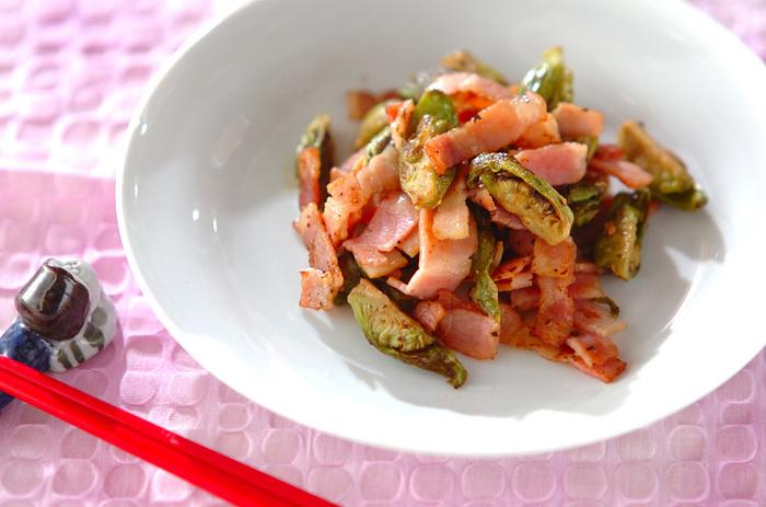 ふきのとうをサッと水にさらし、オリーブオイルとベーコンで炒めるだけ。あと一品ほしいときに、旬を感じられる副菜としてどうぞ。