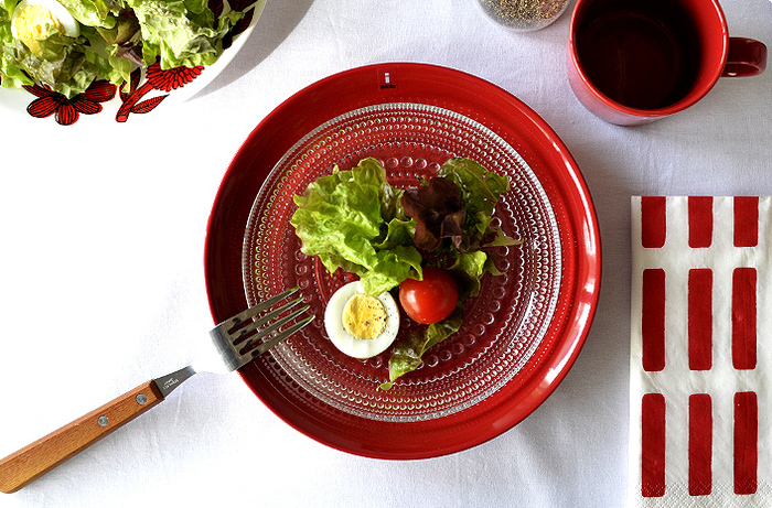赤のお皿には緑の食材をキレイに見せてくれる効果があり、サラダなどには最適です。ごくごく基本の材料で作ったサラダも、まるでコース料理の前菜の様に見えるから不思議です。