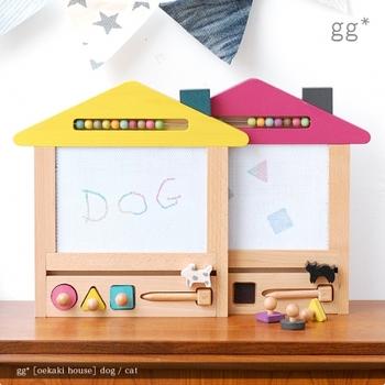 oekaki house(オエカキハウス)は、カラフルな色使いとおうちのフォルムが可愛らしいお絵かきボードです。ブチ模様のワンちゃんがいる黄色い屋根の「dog」と、まあるい背中のネコちゃんがいるピンクの屋根の「cat」があります。
