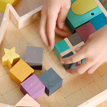 おうちのケースの底面には、どこに何をしまえばよいかが分かるガイドラインがあります。ブロックの組み合わせを楽しみながら、遊びの延長でお片づけができますね。