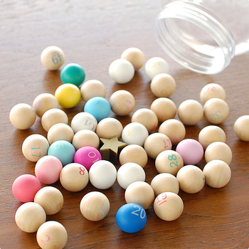 1~50までの数字が描かれた木の玉と、星型のビーズ。ビンゴ大会だけでなく、お子さんが数を覚えるのにも活躍してくれそうです。楽しく遊びながら数字を覚えられますね♪