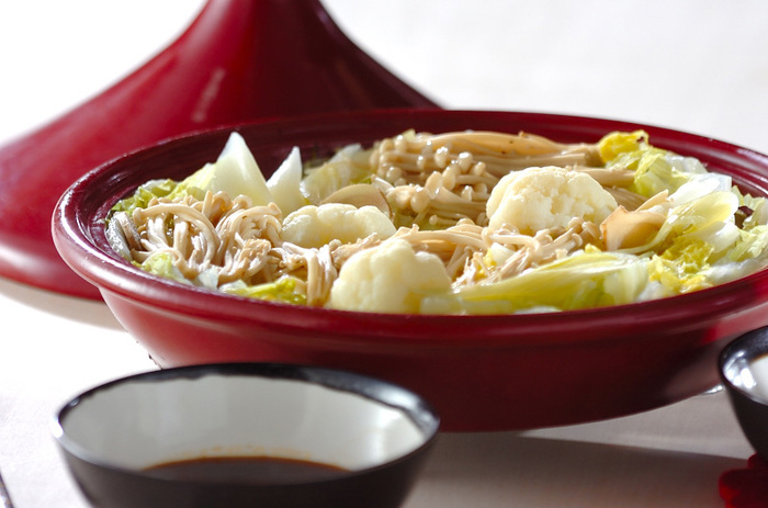 栄養も旨味も逃さないヘルシーな蒸し料理。こちらはタジン鍋を使ったレシピです。白菜とカリフラワーなど、お野菜ばかりのヘルシーなお鍋で、少量のお酒とお水とお塩のみで蒸しあげます。ラー油をピリッと効かせたつけダレでいただきます。お野菜をたっぷり食べられますよ。