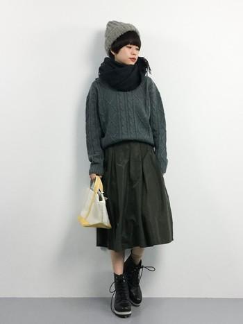 ふんわりケーブルニット&スカートでシルエットは女の子っぽいですが、ミリタリーのショートブーツとダークな配色でステキな甘辛ミックスに☆