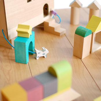 おうちには鍵がついていて、反対側にはワンちゃんの姿も♪マグネットがついたブロックは車を作ることもできます。想像力がふくらんで、幾通りもの遊び方ができそうです。