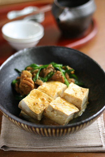 いつもの肉豆腐ではすこし物足りない時に。カレーのスパイスが食欲をそそります。 主な材料は牛薄切り肉、豆腐、ニラのみ。調味料は酒、砂糖、醤油、カレー粉があればできちゃいます。
