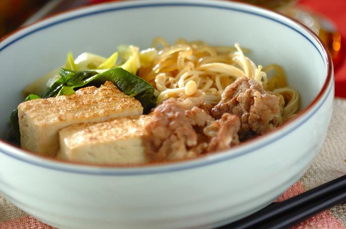 どこかほっとする味。焼き豆腐や糸こんにゃくがポイントです。 主な材料は牛肉(薄切り)、焼き豆腐、しらたき(糸コンニャク)、エノキ、青ネギ。調味料はだし汁、酒、みりん、砂糖、しょうゆです。