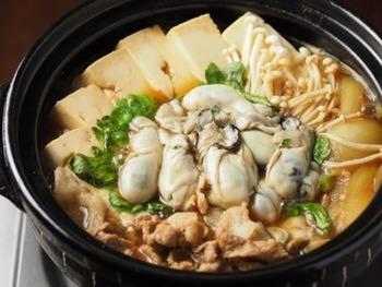 牡蠣のぷるんとした食感と甘めの味付けがマッチした一品です。冬に食べたくなりますね♪ 主な材料は牡蠣(むき身)、豚こま肉、木綿豆腐、玉ねぎ、エノキダケ、春菊。 調味料はしょう油、砂糖、日本酒、出汁です。