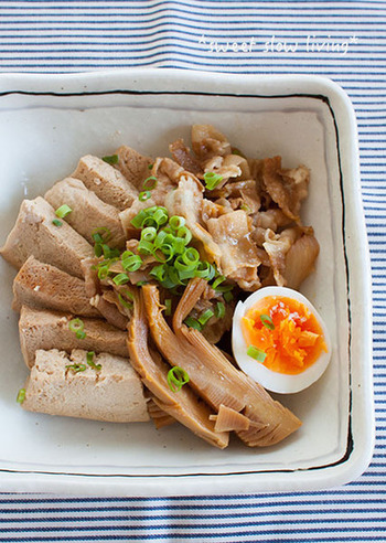 凍り豆腐で作る肉豆腐。夏でも冬でも食べやすい味付けです。 主な材料は豚バラ(薄切り)凍り豆腐(解凍したもの)筍、玉ねぎ、ゆで卵、薬味ネギ。調味料は酒、醤油、砂糖のみです。