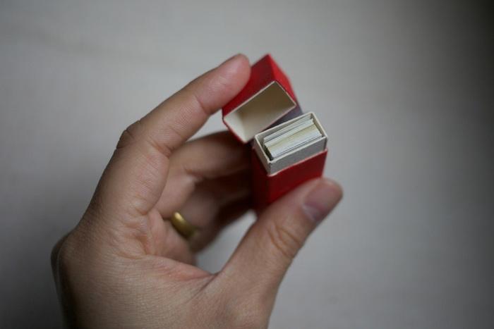 赤い箱はなんともクラシックなつくり。中には18枚のアルメニアペーパーが入っています。