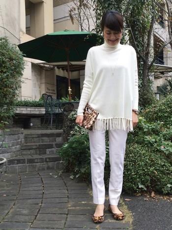 白がとってもきれいに見えるコーデですね。 素材感や質感がいいです。 バッグとパンプスはアニマル柄を使い、アクセントになっています。黒などの単色を合わせるよりも、洋服の白が引き立ちます。