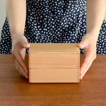 """軽くて丈夫な""""宮崎杉""""を使い、職人の手によって丁寧に作られた「松野屋」の二段弁当箱。"""