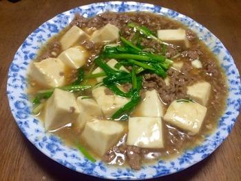 豚ひき肉を使った肉豆腐なので、小さなお子様でもおいしく食べてくれそう♪ 主な材料は豚挽き肉、豆腐、万能ねぎのみ。調味料はめんつゆ(3倍濃縮)、砂糖、みりん、片栗粉です。
