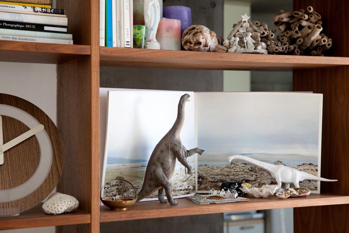 部屋の中には、アクセサリーが掛けられた恐竜のフィギュア、マリア像に貝殻、古い流木の類が飾られています。それぞれが千春さんのセンスによってひとつの居心地のよい空間を作り上げています