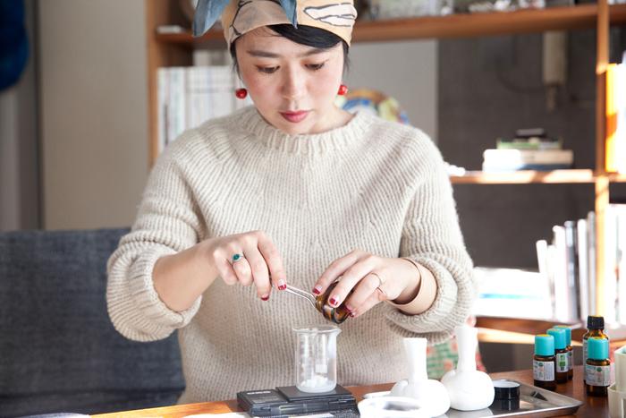 この日、取材班のホロスコープから香りを導き出し、オリジナルのリップクリームを作ってくれた千春さん