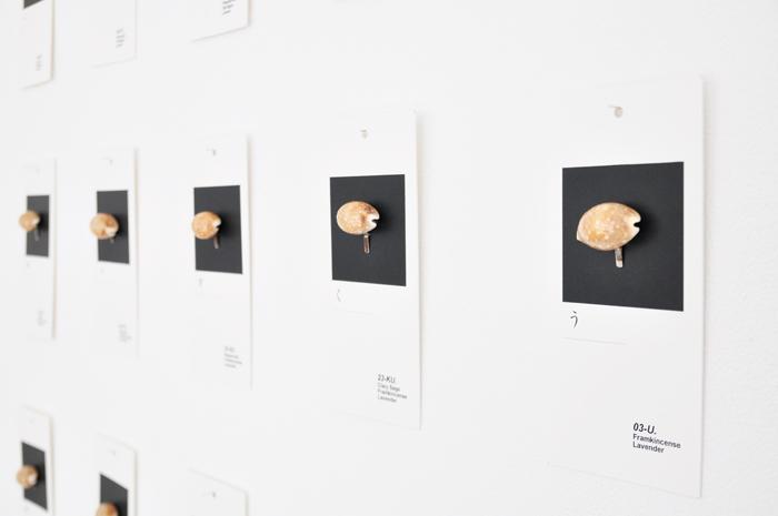 """2014年に行われたsous le neの展示会の様子。""""あ""""から""""ん""""までの50音を香りを表現 画像提供:Nidi gallery"""
