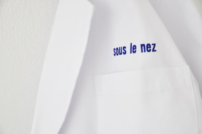 「SPELL LABORATORY」と名付けられた展示会に合わせて用意された白衣 画像提供:Nidi gallery