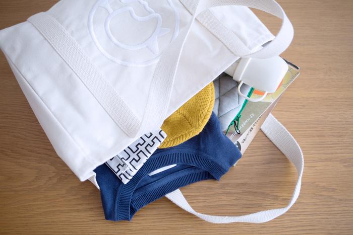 しっかりとした厚手の生地で作られているため、重い荷物を入れても大丈夫。カジュアルにガンガン使いたくなるバッグです。学校用、おでかけ用、マザーズバッグに、どんなシーンでも活躍してくれますよ。
