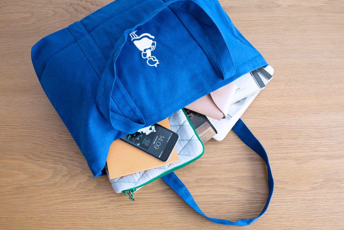 生成りのキャンバスバッグに比べると、くたっとしているキャンバス地。何より嬉しいのは、使わないときは小さくたたむことができること。お買い物の時にエコバッグとして、さらに旅行中のサブバッグとして使ってもよさそうです。