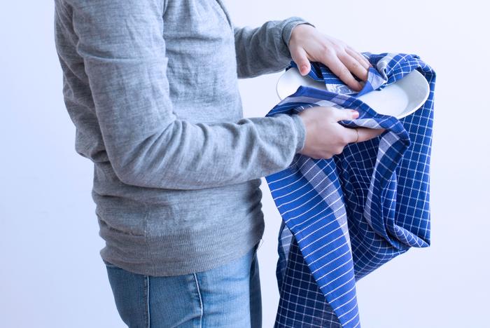 深いネイビーと白のチェックが目を引く、清潔感あふれるコットン100%のキッチンタオル。大きなお皿を拭く時にうれしい大きめのサイズです。使った後にかけておけるように、裏側にタグループが縫い付けられていてとっても便利。