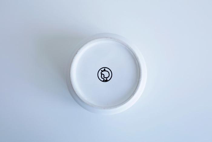 裏にもイヤマちゃんのロゴが。奇をてらわないシンプルなデザインが多くの人に愛され続けている秘密です。