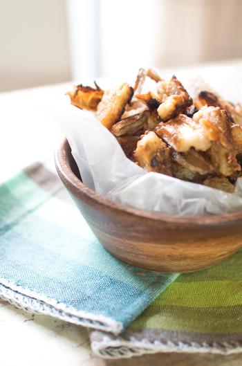 叩いたレンコンに粉末の昆布茶や片栗粉、小麦粉を和えて、バターとオリーブオイルでカリっとするまでフライパンで焼きます。カリカリ食感としっかり味で、野菜が苦手なお子さんも手が伸びそうです。