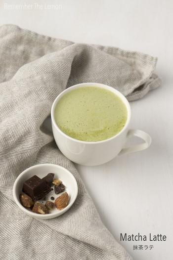 抹茶ラテも自宅で簡単に作ることができます。こちらはアーモンドミルクや豆乳を使ったヘルシーレシピ。お好みでシナモンやはちみつを加えてみてもいいようです。