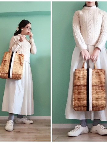 かごのデザインが転写されたバッグをアクセントに、コーディネートは全身白色で合わせて。ニットとふんわりロングスカートの組み合わせは、ナチュラルな雰囲気を作ってくれますね♪