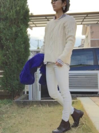 ホワイトニットとホワイトパンツの組み合わせは、中から少しずつ覗くシャツがポイントになっています。靴を暗めな色にすれば、全体に締まった印象に。